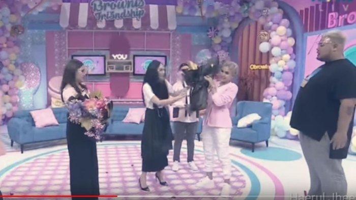 Momen pertemuan Nikita Mirzani dengan Denise Chariesta dalam acara 'Brownies' Trans TV, Rabu (28/10/2020).