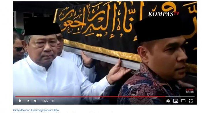 momen Mantan Presiden keenam Susilo Bambang Yudhoyono mengangkat peti jenazah Ani Yudhoyono.