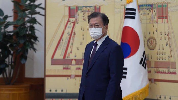 Presiden Moon Jae In dalam pertemuan dengan BTS di Cheong Wa Dae atau Rumah Biru sebutan bagi Kantor Kepresidenan Korea Selatan pada Selasa (14/9/2021).
