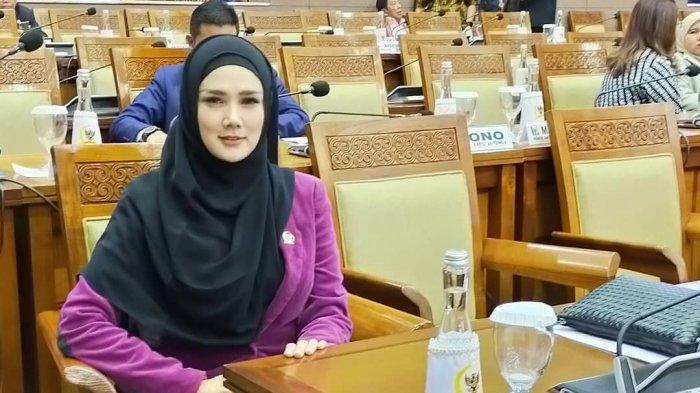 Mulan Jameela saat ngantor di Senayan