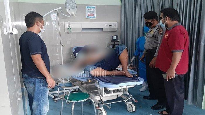 Pejabar Desa Simo, Bintang Alfatah (55) dibakar oleh seorang pria berinisial MYN (50) terbaring di RSUD Simo, Kabupaten Boyolali.
