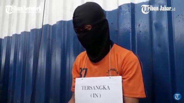 IN (24) tukang gorengan di Karawang yang tega merudapaksa serta membunuh siswi SMP berusia 15 tahun.
