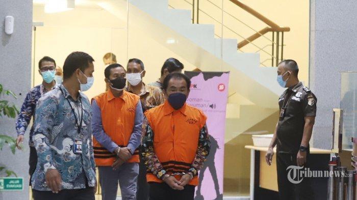 Bupati Kabupaten Banjarnegara (2017-2022) Budhi Sarwono dan eks Ketua Tim Sukses dari BS pada Pilkada sekaligus Makelar Kedy Afandi, ditetapkan sebagi tersangka dan langsung ditahan usai menjalani pemeriksaan, di Gedung KPK Merah Putih., Jakarta Selatan, Jumat (3/9/2021). Budhi bersama Kedy diduga meminta fee 10 persen atau senilai Rp2,1 Miliar, dari sejumlah perusahaan-perusahaan yang mendapatkan paket pekerjaan proyek infrastruktur di Kabupaten Banjarnegara Tahun 2017-2018.