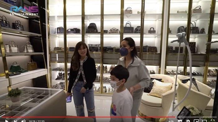 Nagita Slavina kagum dengan koleksi tas dan sepatu mewah dari Shandy.
