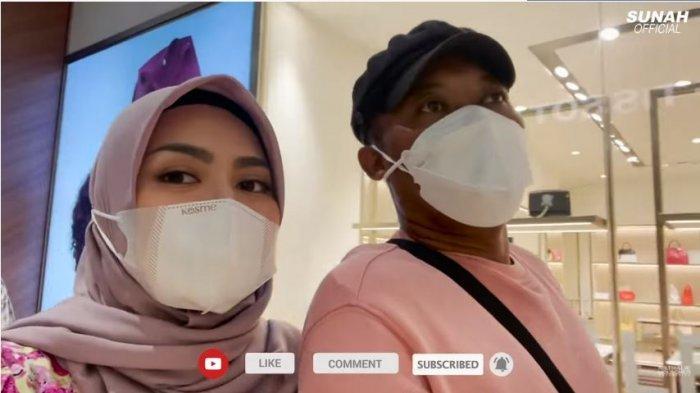 Nathalie Holscher dan Sule saat jalan-jalan di mal, Selasa (22/6/2021). Sule mengabarkan anaknya Rizwan Fadillah sedang sakit.