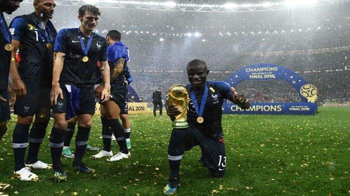 Lihat Aksi Malu-malu N'Golo Kante saat Berpose dengan Trofi Piala Dunia, N'Zonzi Turun Tangan!