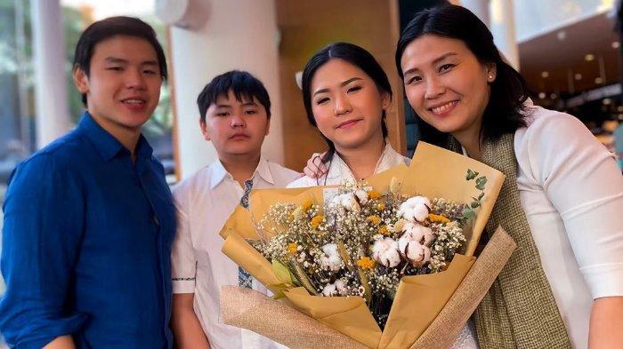 Nathania Purnama Hanya Ditemani Veronica Tan dan 2 Saudaranya saat Acara Kelulusan, di Mana BTP?
