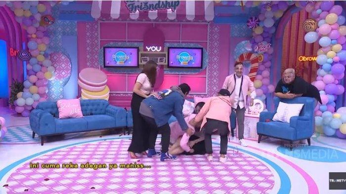 Nikita Mirzani dan Denise Chariesta di kanal YouTube TRANS TV Official, Rabu (28/10/2020). Nikita dan Denise Chariesta bergulat hingga jatuh di lantai.