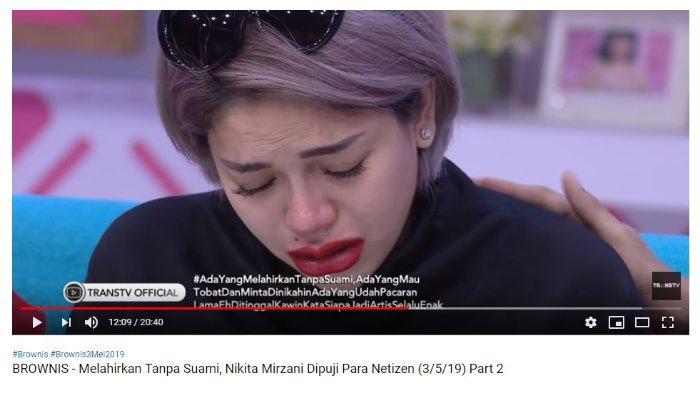 Nikita Mirzani menangis saat menceritakan tentang anak ketiganya yang masih harus mendapat perawatan di rumah sakit.