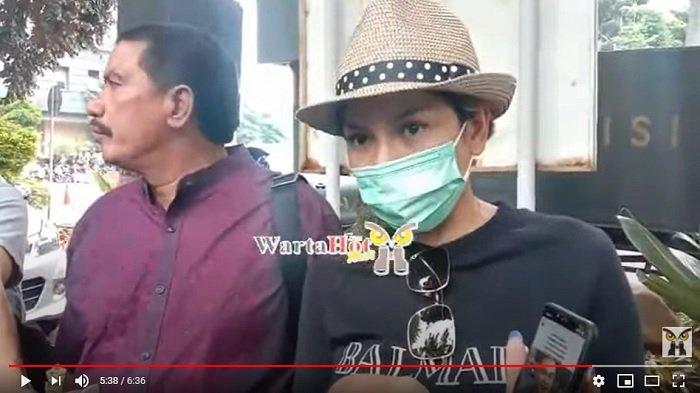 Nikita Mirzani tak segan menunjukkan foto tangkapan layar unggahan dari pengacara Indra Tarigan. (Youtube/warta hot)