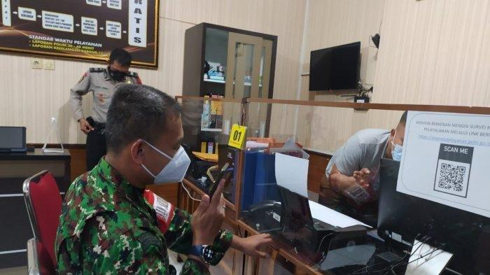 Dandim 1609/Buleleng Letkol Inf Muhammad Windra Lisrianto (kiri) saat melapor di SPKT Buleleng pada Senin 23 Agustus 2021 sekitar pukul 22.00 Wita atas kasus kekerasan yang terjadi saat gelar rapid tes antigen acak di Desa Sidatapa, Kecamatan Banjar, Buleleng, pada hari Senin itu.