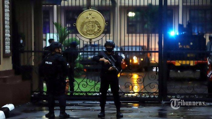 Pasukan Brimob Polri melakukan penjagaan dan penyisiran usai penyerangan teroris di Mabes Polri, Jakarta Selatan, Rabu (31/3/2021).