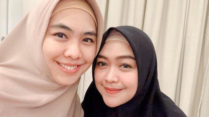 Oki Setiana Dewi (kiri) dan Ria Ricis (kanan)