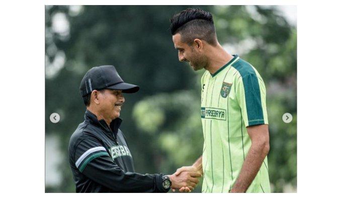 Oktavio Dutra berjabat tangan dengan Djajang Nurjaman saat latihan di Lapangan Polda Jatim, Rabu (20/3/2019)