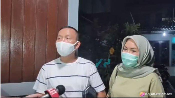 Orangtua Ayu Ting Ting, sang ayah Abdul Rozak (kiri) dan ibunya, Umi Kalsum, Jumat (30/7/2021).