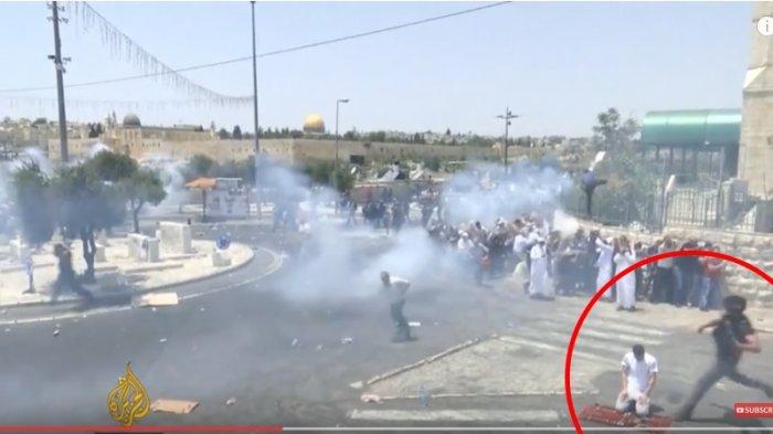 Viral! Video Detik-detik Polisi Israel Tendang Jamaah yang Sedang Salat