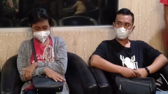 Epan Tornado (30) dan Melisa (24) diamankan di Polda Sumsel. Epan yang bekerja sebagaai Driver Taksi Online dilaporkan Istrinya hilang karena tak pulang usai pamit mengantar penumpang sejak 19 Maret 2021. Belakangan diketaui Epan berada dirumah selingkuhannya di Lampung.