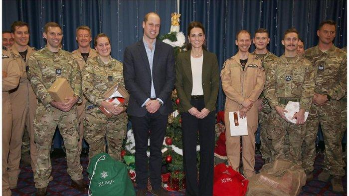 Pangeran William dan Kate Middleton saat kunjungan ke markas Royal Air Force, Cyprus, pada Rabu (5/12/2018).