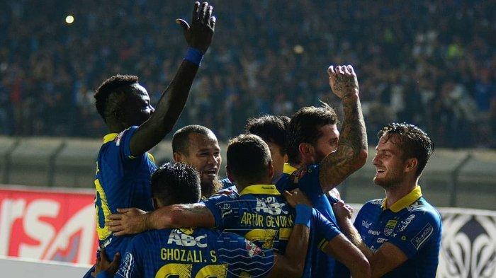 Para pemain Persib Bandung tengah merayakan gol