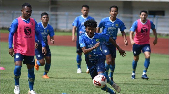 Para pemain Persib Bandung saat menggelar latihan untuk Piala Menpora 2021 di Stadion Si Gelora Bandung lautan Api (GBLA).
