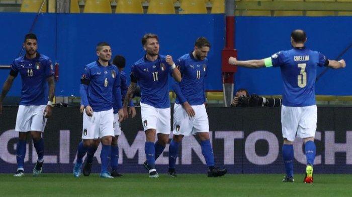 Para pemain Timnas Italia saat merayakan sebuah gol.