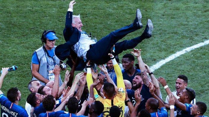 Para pemain Timnas Perancis merayakan kemenangan Piala Dunia 2018 dengan sang pelatih, Didier Deschamps.