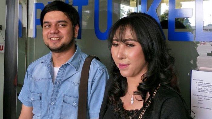 Pasangan artis Rio Reifan dan Henny Mona saat ditemui di Polda Metro Jaya, kawasan Semanggi, Jakarta Selatan, Kamis (30/5/2019).