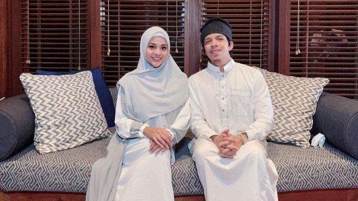 Pasangan Aurel Hermansyah bersama Atta Halilintar saat duduk bersama.