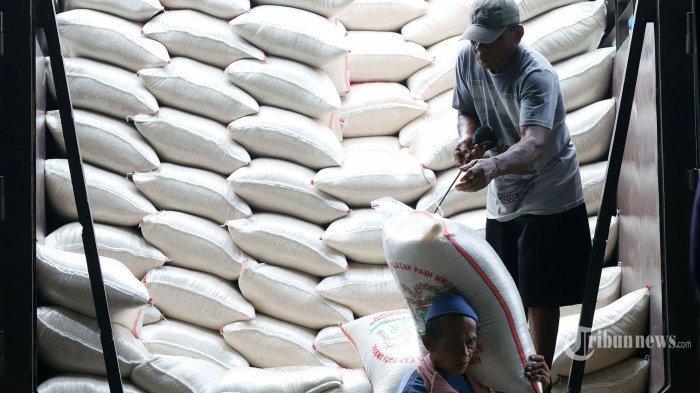 Ilustrasi beras zakat. Pekerja saat memanggul beras di Pasar Induk Beras Cipinang (PIBC), Jakarta Timur, Rabu (18/3/2020).