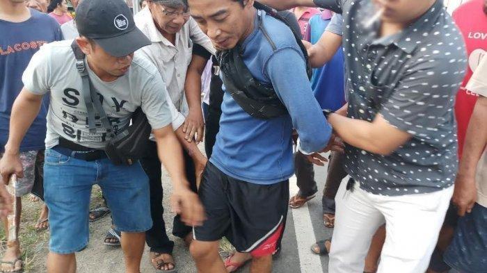Pelaku Jamal saat diamankan polisi - kejadian nyata Anak Bunuh Ayah di Kelurahan Bittoeng, Kecamatan Duampanua, Kabupaten Pinrang, Sulawesi Selatan.