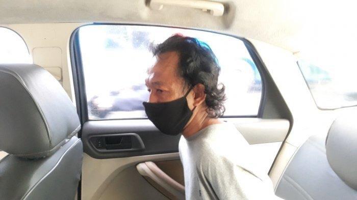 Tampang pelaku pelecehan seksual saat di mobil polisi, dari TribunJakarta/Bima Putra, Jumat (4/6/2021). Pengurus musala, Parman yakin pelaku tidak alami gangguan jiwa.