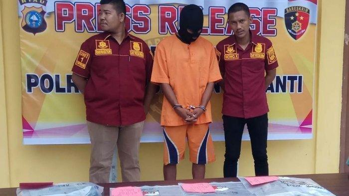 Pelaku (mengenakan topeng) pembunuh IRT di Kepulauan Meranti saat keterangan pers di Mapolres Kepulauan Meranti Selasa (14/5/2019).