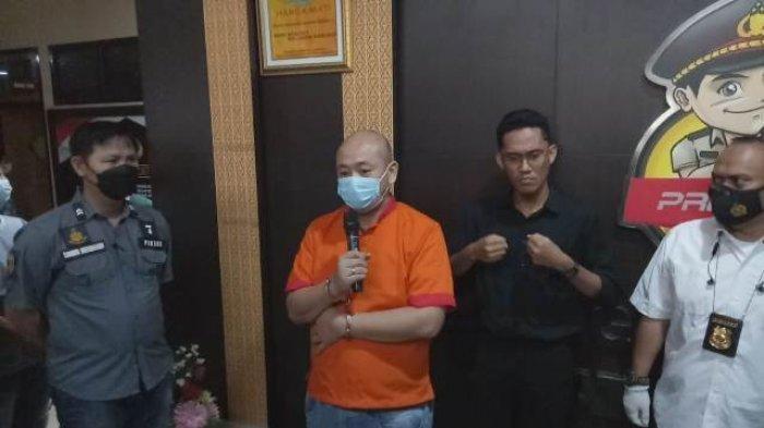 Pelaku penganiayaan perawat RS Siloam Palembang JT ditemui saat press release di Polrestabes Palembang, Sabtu (17/4/2021).