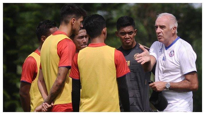 Pelatih Arema FC, Mario Gomez memberikan inftruksi kepada anak asuhnya pada sesi latihan jelang lawan PSIS Semarang