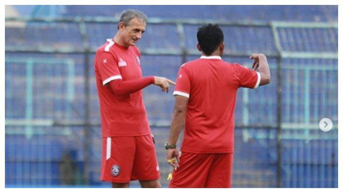 Pelatih Arema FC, Milomir Seslija didampingi Asisten pelatih, Kuncoro sedang berdiskusi jelang laga melawan PSS Sleman
