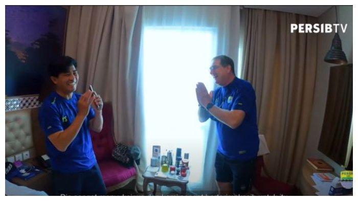 Pelatih kepala Persib Bandung Robert Alberts dan pelatih fisik Yaya Sunarya di dalam sebuah kamar hotel saat berada di Sleman pada babak penyisihan grup Piala Menpora 2021.