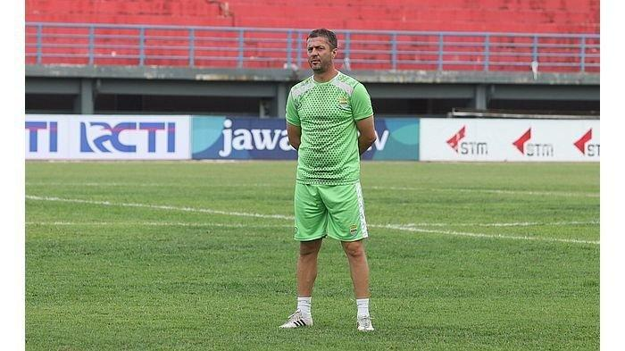 Pelatih Persib Bandung Miljan Radovic saat memimpin latihan di Stadion Segiri, Samarinda, sehari jelang melawan Borneo FC, Selasa (23/4/2019).
