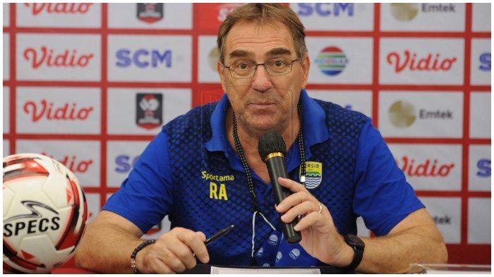 Pelatih Persib Bandung Robert Alberts dalam sesi jumpa pers sebelum laga melawan Persija Jakarta pada leg kedua final Piala Menpora 2021, Sabtu (24/4/2021).