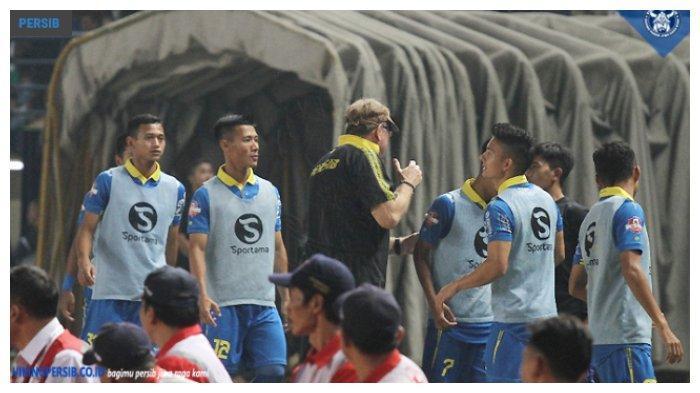 Pelatih Persib Bandung, Robert Alberts merayakan gol dari Febri Hariyadi pada laga melawan Persipura Jayapura di Stadion Si Jalak Harupat, Bandung, Sabtu (18/5/2019)