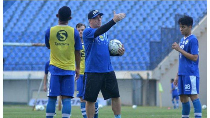 Pelatih Persib Bandung, Robert Alberts memberikan arahan pada latihan jelang menghadapi Semen Padang