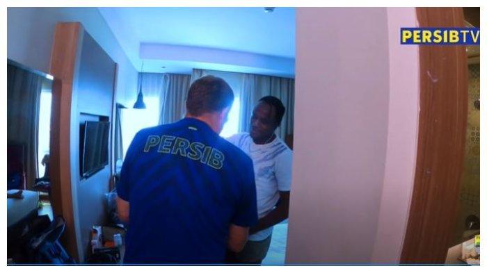 Pelatih Persib Bandung, Robert Alberts mendatangi kamar Victor Igbonefo dengan mengaku sebagai room service.