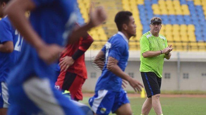 Pelatih Persib Bandung Robert Rene Alberts saat memberikan menu latihan kepada para pemainnya.