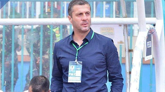 Pelatih Persib, Miljan Radovic saat mendampingi timnya melawan tuan rumah Persiwa untuk Piala Indone
