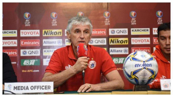 Pelatih Persija Jakarta Ivan Kolev memberikan pernyataan di konverensi pers sebelum laga melawan Ceres Negros