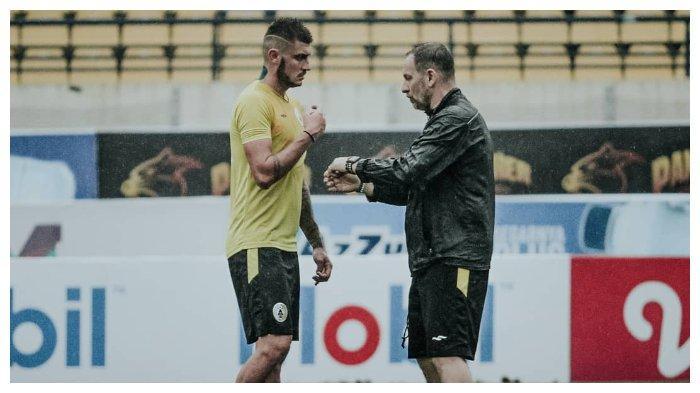 Pelatih PSS Sleman, Dejan Antonic bersama anak asuhnya Yevhen Bokhashvili dalam sesi latihan jelang lawan Persib Bandung