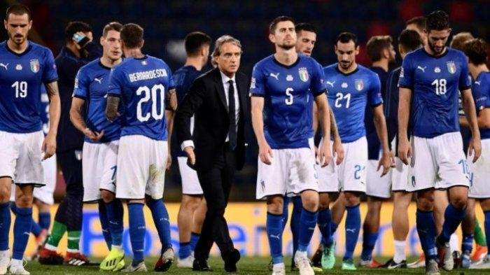 Pelatih Roberto Mancini (tengah) di antara pemain timnas Italia seusai melakoni laga UEFA Nations League kontra Polandia di Renato Dall'Ara, Genoa, 7 September 2018.