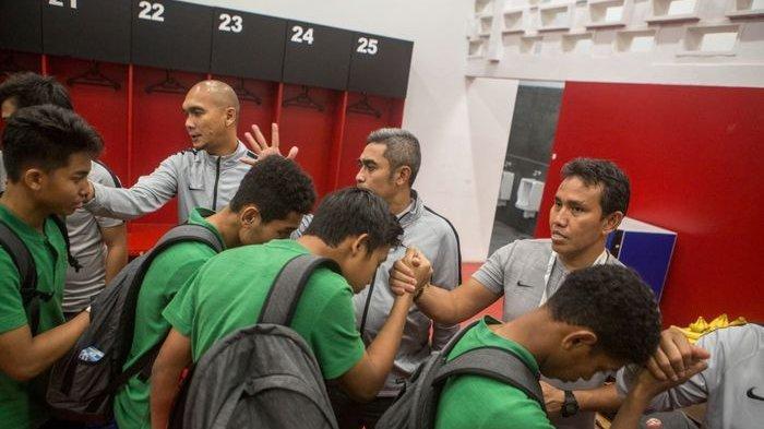 Pelatih timnas U-16 Indonesia, Bima Sakti, bersalaman dengan para pemain seusai laga melawan China di Kualifikasi Piala Asia U-16 2020.