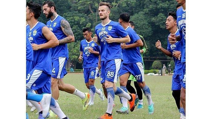 Pemain anyar Persib Bandung, Rene Mihelic mengikuti latihan bersama tim di Lapangan Saraga ITB, Kota Bandung, Rabu (8/5/2019), sore.