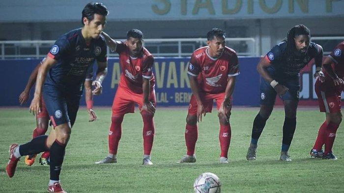 Pemain Arema FC, Hanif Sjahbandi mengeksekusi tendangan penalti saat melawan PSM Makassar pada laga perdana Liga 1 2021 di Stadion Pakansari, Bogor, Minggu (5/9/2021).