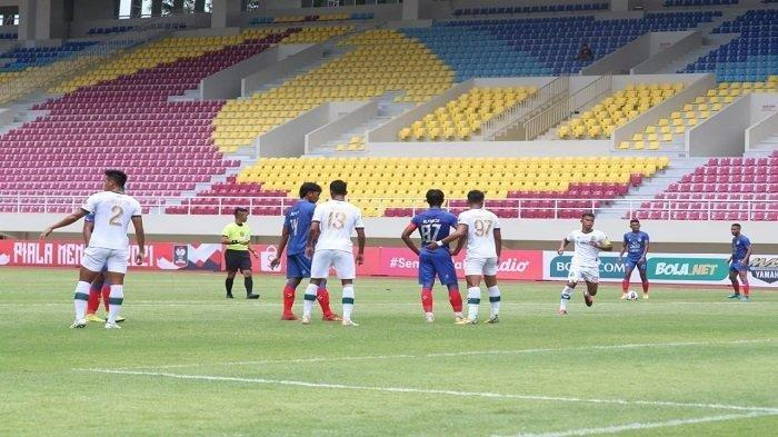 Pemain Arema FC dan Tira Persikabo bersiap menghadapi situasi bola mati dalam laga perdana Grup A Piala Menpora 2021 di Stadion Manahan, Minggu (21/3/2021).
